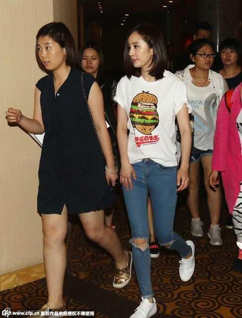 Dương Mịch trẻ trung xuất hiện tại sự kiện.