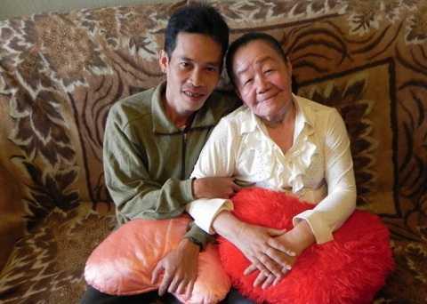 Anh Tuyển và chị Phượng trong ngôi nhà truyền thống của người Nga vào năm 2013 - Ảnh: Q.Trung