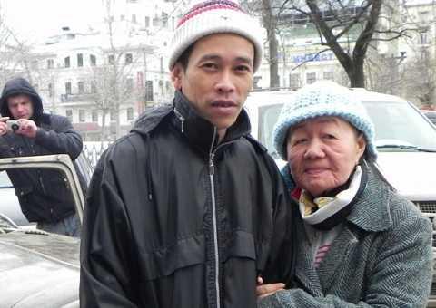 Vợ chồng anh Tuyển chị Phượng chụp hình lưu niệm trong thời tiết giá rét ở Matxcơva năm 2013 - Ảnh: Q.Trung