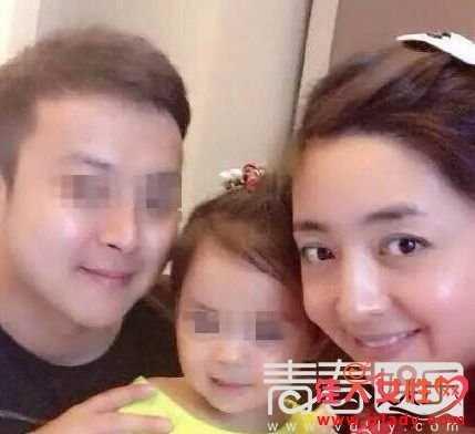 Gia đình nhỏ của Đông Dao và Diêu Nghiêu. Chồng cô cũng là MC của đài truyền hình tỉnh Tứ Xuyên.