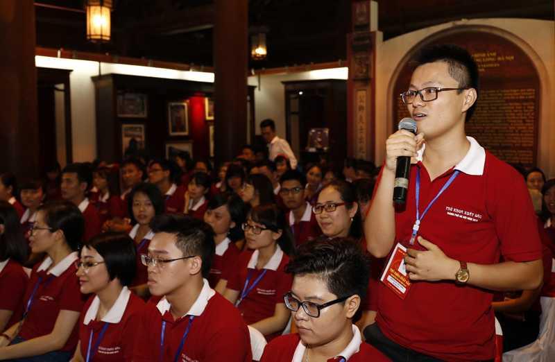 Nguyễn Việt Bảo Trung, Thủ khoa trường Đại học FPT đặt câu hỏi cho các vị khách mời. (Ảnh: Tuổi trẻ thủ đô).