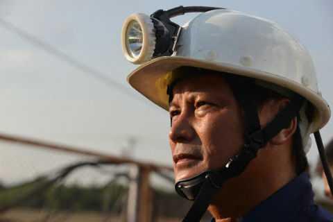 Vẻ mặt đầy lo lắng của người thủ lĩnh Công ty Than Hòn Gai trước sự việc lò than gặp sự cố.