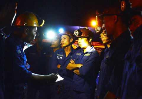 Các quản đốc trao liên tục đổi phương pháp cứu hộ với công nhân trước khi vào lò.