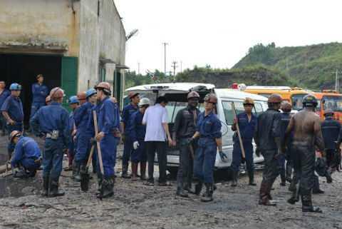 Thi thể anh Phạm Anh Vân được đồng đội đưa lên xe ô tô.
