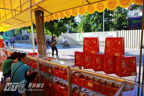 Khi được hỏi, nhiều chủ quầy hàng bán bánh Trung thu cho biết, họ không biết thông tin về lệnh cấm bán bánh trên vỉa hè và chỉ bán tới hết Trung Thu sẽ nghỉ.
