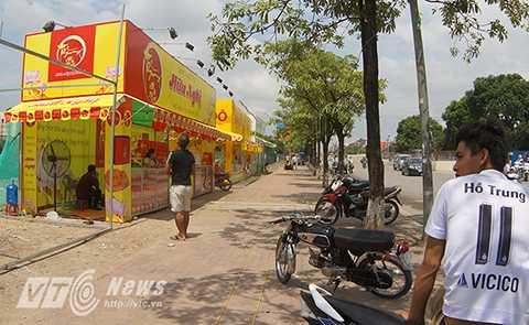 Một dãy quầy hàng bán bánh Trung thu mới được mở trên đường Hồ Tùng Mậu (Cầu Giấy, Hà Nội)