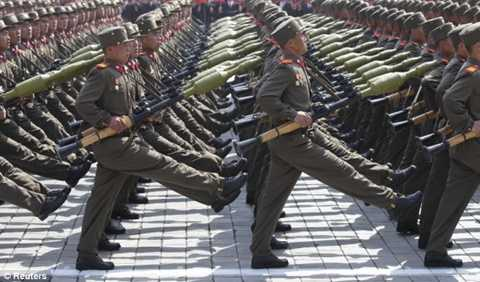 Binh lính Triều Tiên duyệt binh
