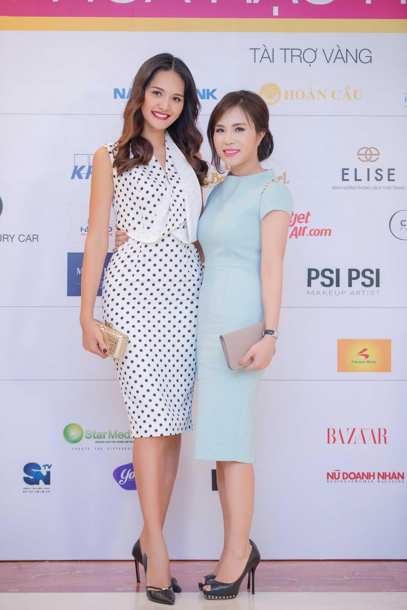 Bà Lưu Nga chụp ảnh cùng Hoa hậu Hương Giang
