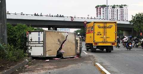 Hiện trường đâm dãy phân cách ô tô tải lật nhào