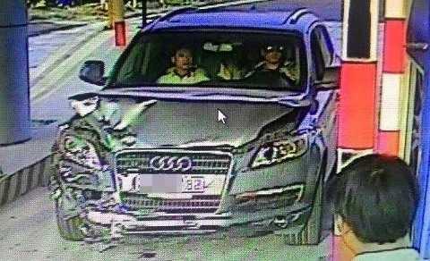Hình ảnh chiếc xe có dấu hiệu bị hư hỏng, nghi là gây tai nạn