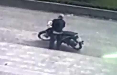 Tên trộm phá khóa xe máy. (Ảnh cắt từ clip)