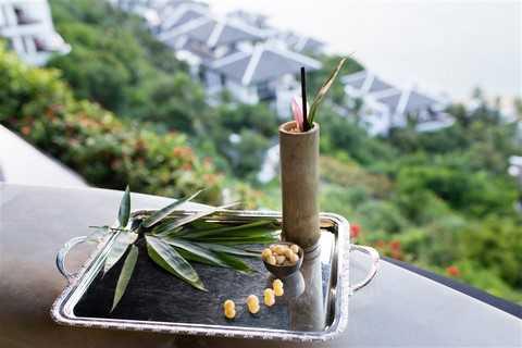 Và thật bình yên khi trên bàn là Cocktail Lotus, thức uống  được lấy cảm hứng từ sen. Lotus là sự pha trộn hài hòa giữa rượu gin, chanh tươi và siro hoàng sen. Mỗi ngụm nhỏ mang đến cảm giác nồng nàn của rượu hạt và vị thanh tao của quả.