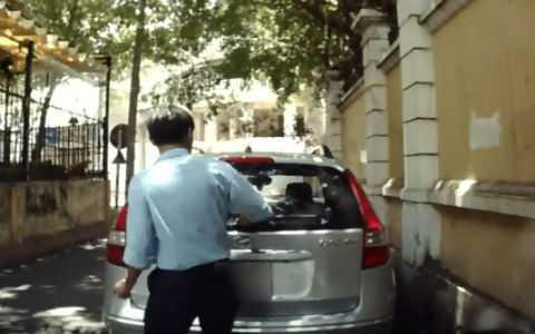 Người bảo vệ đang cố gắng bẻ cần gạt nước xe Hyundai