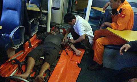 Bác sỹ trên tàu SAR 412 nỗ lực cấp cứu ngư dân