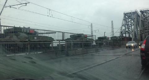 Xe tăng Trung Quốc xuất hiện trên cây cầu ở thành phốKrasnoyarsk, Nga
