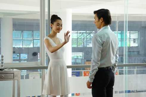 Hùng ngẩn ngơ trước vẻ đẹp của cô giáo ballet Nhã Phương khi quan sát cô đang dạy múa cho các bé thiếu nhi. Bất ngờ được người đẹp mời nhảy, nhưng Hùng lại lúng túng đạp phải chân nàng.