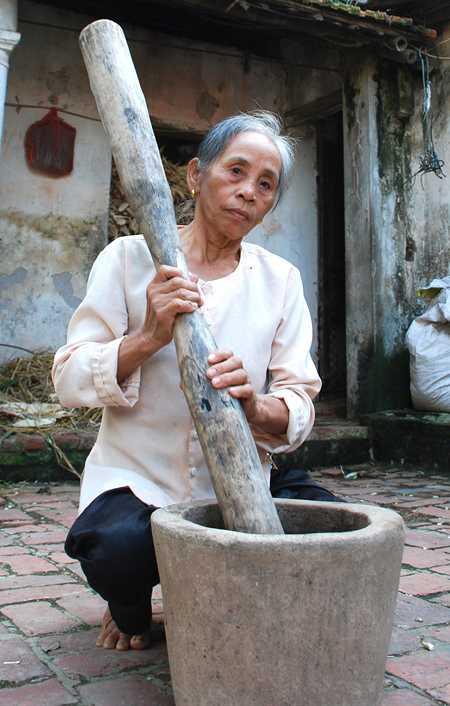 Bà Thiệp đang giã thuốc cứu người... Đọc thêm tại: http://nongnghiep.vn/nguoi-lo-cho-thien-ha-meo-mom-post148376.html | NongNghiep.vnBà Thiệp giã thuốc cứu người
