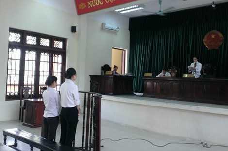 Hai bị cáo Quyên (phải) và Hồng (trái) tại phiên tòa