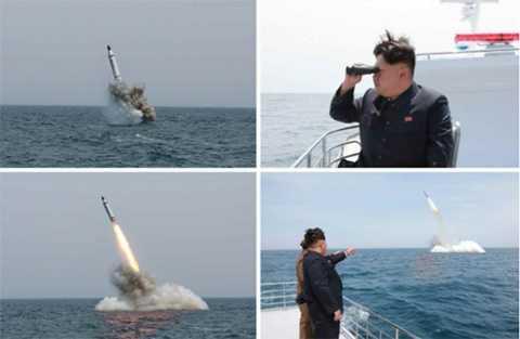 Hình ảnh được cho là Chủ tịch Kim Jong-un thị sát thử nghiệm bắn tên lửa từ tàu ngầm