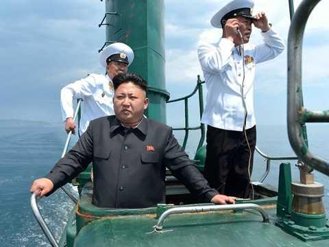 Nhà lãnh đạo Kim Jong-un trên tàu ngầm lớp Sang-O, tàu ngầm chủ lực của quân đội Triều Tiên