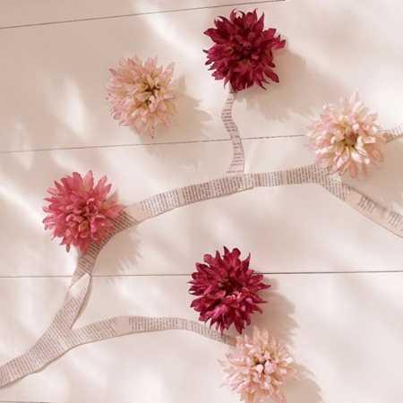 Chỉ cần kết hợp vài mảnh giấy báo và hoa giấy tự làm là bức tường nhà bạn đã mang chút