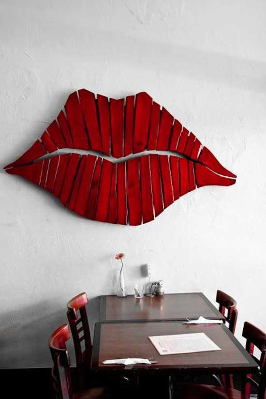 Thêm quyến rũ với bức tranh hình môi làm từ vạt gỗ mỏng.