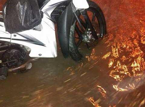 Nước ngập trên tuyến phố Nguyễn Lương Bằng (Đống Đa, Hà Nội) - (Ảnh: Otofun)