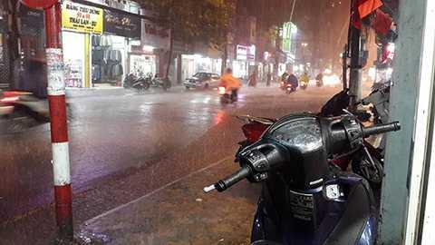 Mưa lớn trên phố Khâm Thiên.
