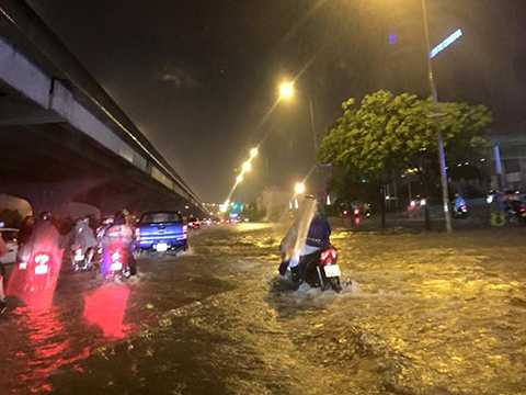 Nhiều xe máy lưu thông trên đường Phạm Hùng (Cầu Giấy, Hà Nội) bị chết máy do đường ngập. - (Ảnh: Otofun)