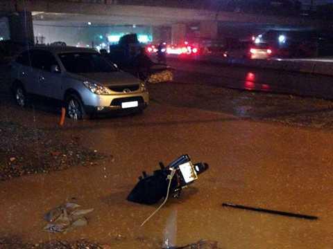Một chiếc xe máy bị ngã cắm đầu xuống cống trên đường Đào Tấn (Ảnh: Otofun)