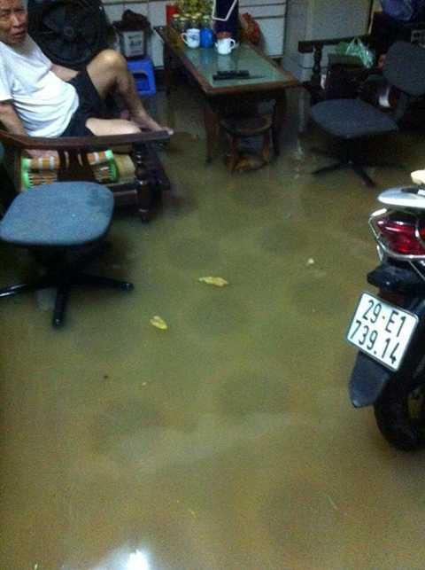 Nước tràn vào nhà dân trong một khu tập thể ở Hà Nội (Ảnh: Otofun)