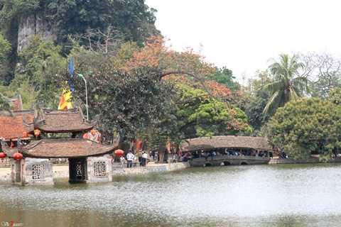 Sài   Sơn có tên Nôm là núi Thầy, nên chùa được gọi là chùa Thầy, được xây   dựng từ thời nhà Lý và là nơi tu hành của Thiền sư Từ Đạo Hạnh.