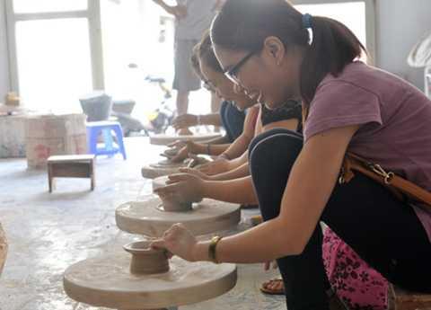 Làng gốm Bát Tràng là nơi các bạn trẻ yêu thích nghệ thuật tha hồ sáng tạo