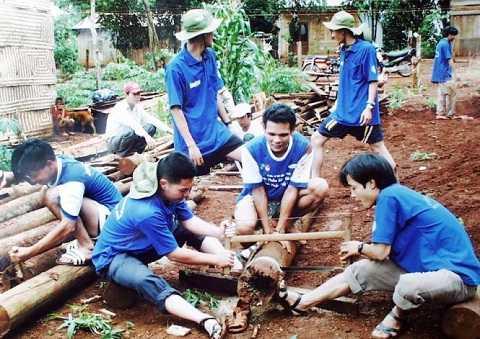 Ông Lê Trương Hải Hiếu nhiều năm liền tham gia chiến dịch Mùa hè xanh TP.HCM - Trong ảnh: SV tình nguyện Hải Hiếu (trái) cưa cây dựng nhà cho bà con Gia Lai trong chiến dịch Mùa hè xanh TP.HCM năm 2003 - Ảnh: M.C