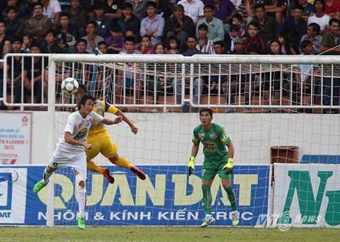 Tuấn Anh đá trung vệ ở trận gặp SLNA (Ảnh: Minh Trần)