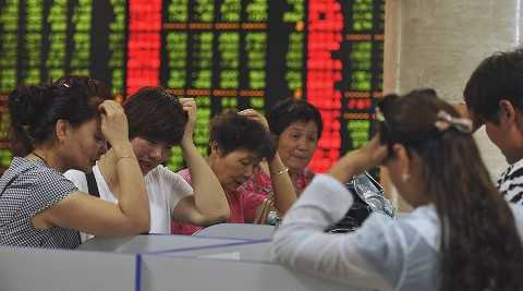 Thị trường chứng khoán Trung Quốc lao dốc sau khi chính phủ liên tiếp phá giá đồng Nhân dân tệ