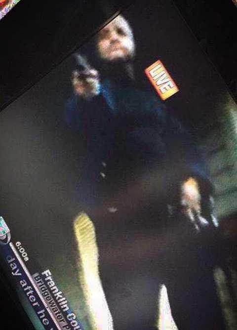 Hình ảnh tay súng chĩa vào nhân viên quay phim do máy quay rơi dưới nền đất ghi lại