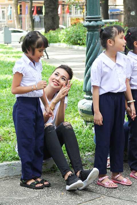 Không còn là một Thanh Hằng cầu kỳ trong những lần xuất hiện ở các tập trước của Vietnam's Next Top Model 2015, Host trong buổi giao lưu này chỉ diện đơn giản chiếc áo thun trắng và quần jean rách đùi cùng với đôi giày slip on đen.