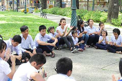"""Với phong cách thời trang tối giản, Thanh Hằng đã """"thoát"""" khỏi hình ảnh một vị Host quyền lực của một trong những chương trình truyền hình thực tế tìm kiếm người mẫu hàng đầu Việt Nam. Cô vô tư, hồn nhiên chơi đùa cùng những trẻ em có mặt tại đây."""