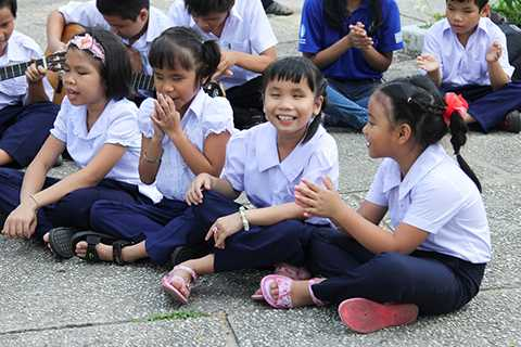 Thanh Hằng cùng các học trò đã mang lại những tiếng cười vui vẻ cho các em nhỏ khiếm thị.