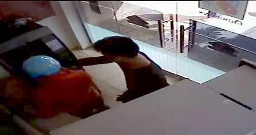 Nghi phạm bị camera ngân hàng ghi lại. Ảnh: Ngân hàng cung cấp