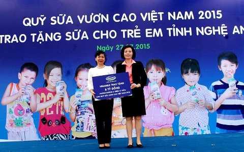Năm 2015, Quỹ sữa Vươn cao Việt Nam của Vinamilk vẫn tiếp tục sứ mệnh của mình, trao cho các em nhỏ có hoàn cảnh khó khăn một lượng sữa trị giá 8 tỷ đồng, tương đương 2 triệu ly sữa cho