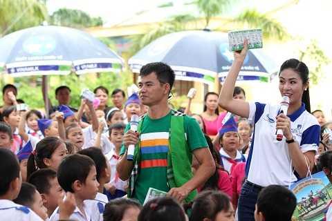 Các em học sinh gặp mặt, trò chuyện và cùng chơi những trò chơi vui nhộn cùng với các Đại sứ của chương trình Quỹ sữa Vươn cao Việt Nam là Nghệ sỹ hài Xuân Bắc và Hoa hậu Ngọc Hân