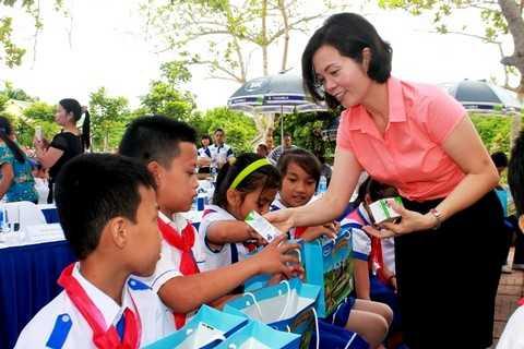 Bà Bùi Thị Hương, Giám Đốc Điều Hành Vinamilk trao tặng sữa trực tiếp cho các em học sinh tại Nghệ An
