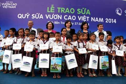 Quỹ sữa Vươn cao Việt Nam đến với trẻ em nghèo tỉnh Bến Tre