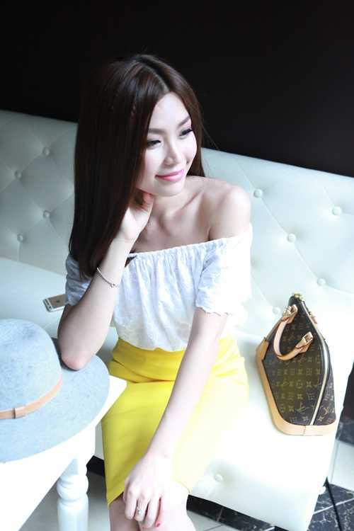 Diễm Trang dạo chơi Hà Nội những ngày đầu thu trong chuyến ra thăm gia đình chồng tương lai