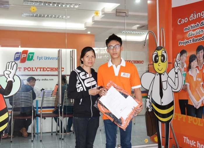 Học sinh bị áp giải tại trường Đỗ Quang Thiện chuẩn bị học Cao đẳng thực   hành FPT Polytechnic từ tháng 9/2015.