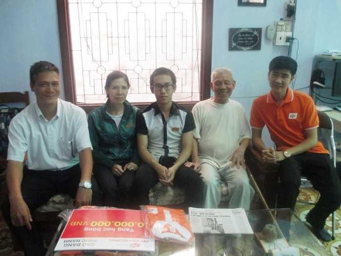 Đại diện FPT Polytechnic đã đến thăm   hỏi, động viên và trao học bổng cho Đỗ Quang Thiện.