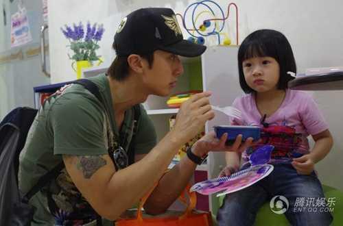 Ông bố trẻ nổi tiếng rất cưng chiều con gái cưng.