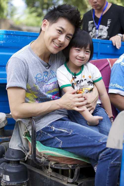 Lâm Chí Dĩnh và con trai, bé Kimi.